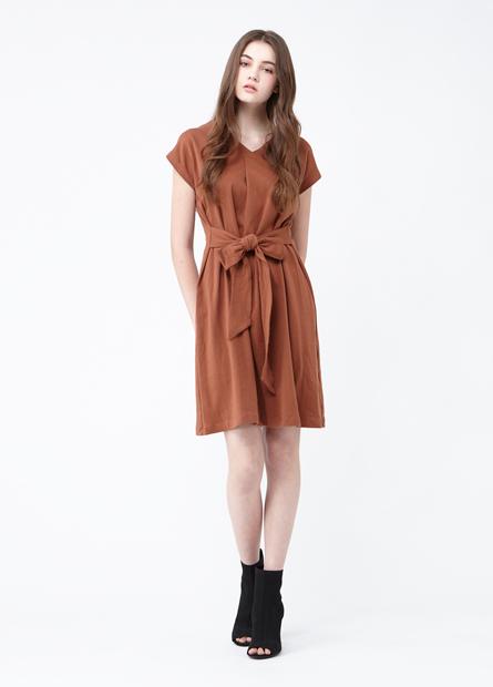 素色V領前腰綁帶設計洋裝