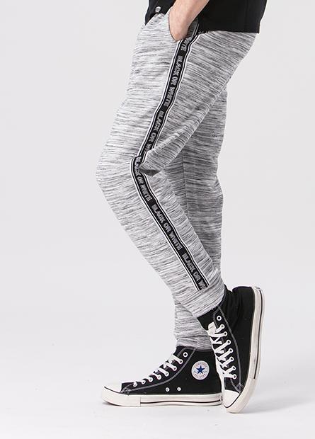 窄身配條字母縮口長褲