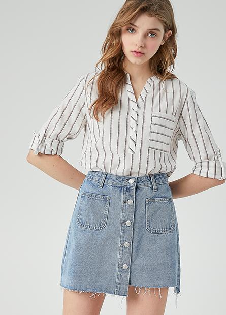 V領單口袋捲釦袖上衣