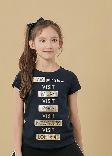 女童色框字母T