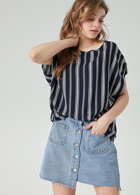 印花短袖釦圓領上衣